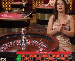 Croupière à une table de roulette en studio filmée en temps réel